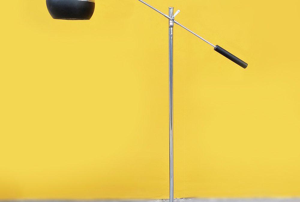 LU 16 – Luminária de chão antiga anos 60 em metal cromado com haste ajustável