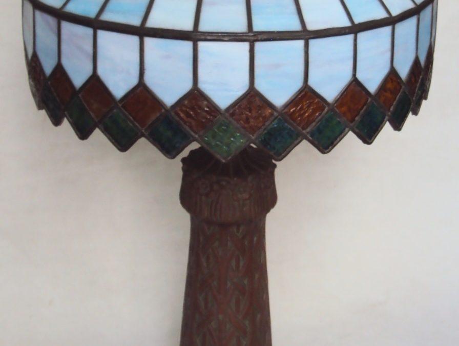 LU 17 – Abajur antigo Art Nouveau de ferro fundido com vidros coloridos opalinados estilo Tiffany