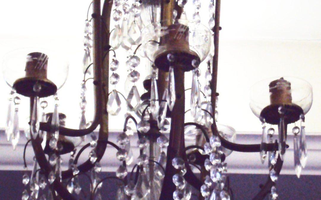 LU 27 – Lustre antigo tamanho médio de bronze com pingentes e bobeches de cristal 5 braços