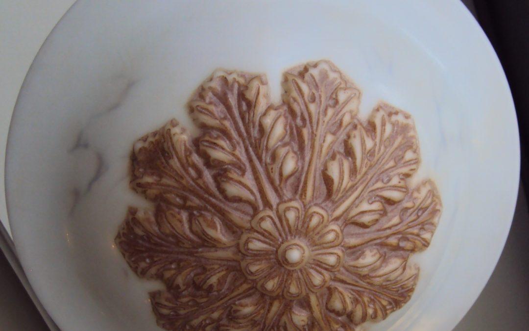 LU 48 – Lustre modelo pendente em opalina com folhas de acanto estilo plafon