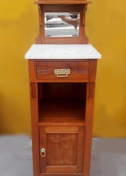MO 03 – Criado mudo Art Nouveau alto em madeira de louro entalhada com flores e tampo em mármore com espelho