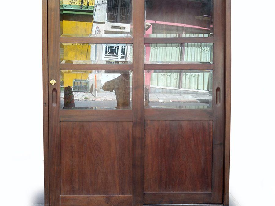 MO 06 – Livreiro antigo em madeira de imbuia com prateleiras e portas de correr com cristal bisotê