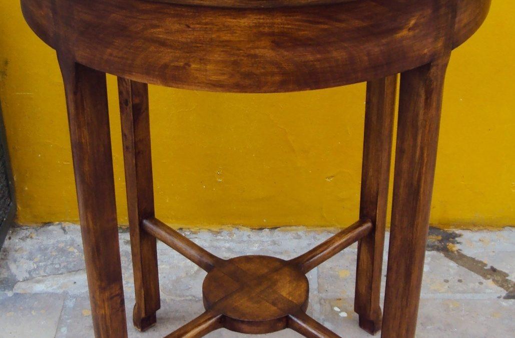 MO 08 – Mesa Art Decó Lateral Redonda de Madeira de Caroba com Tampo em Mármore