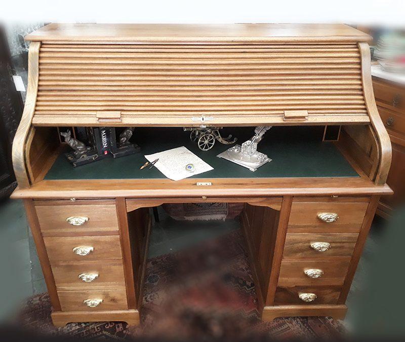 MO 09 – Escrivaninha antiga Xerife com cortina de madeira e gavetas com puxadores em bronze