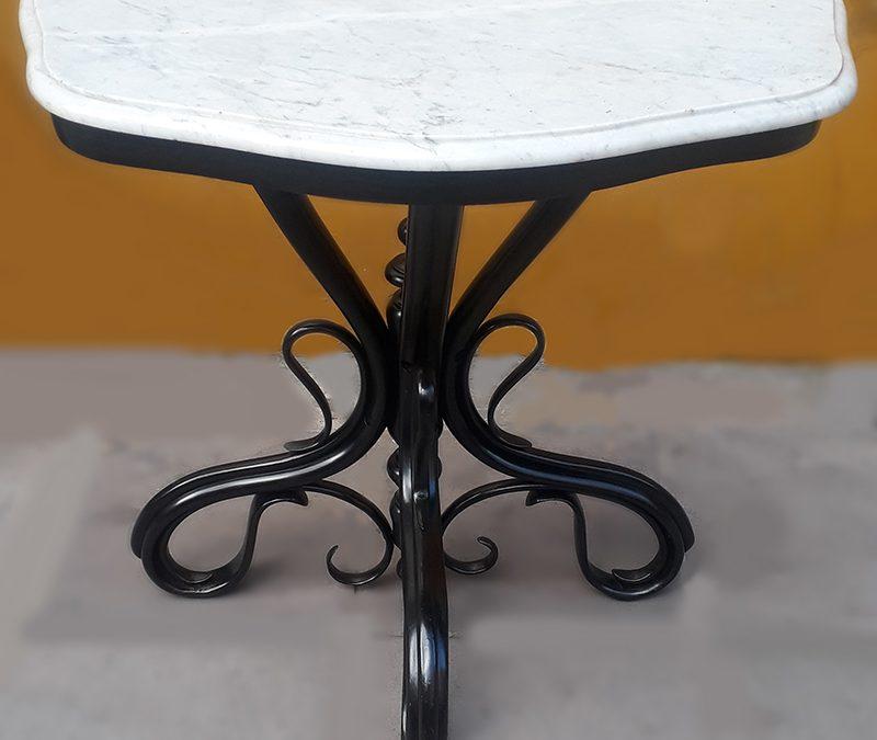 MO 13 – Aparador ou console antigo estilo Thonet em madeira preta com tampo em mármore de Carrara