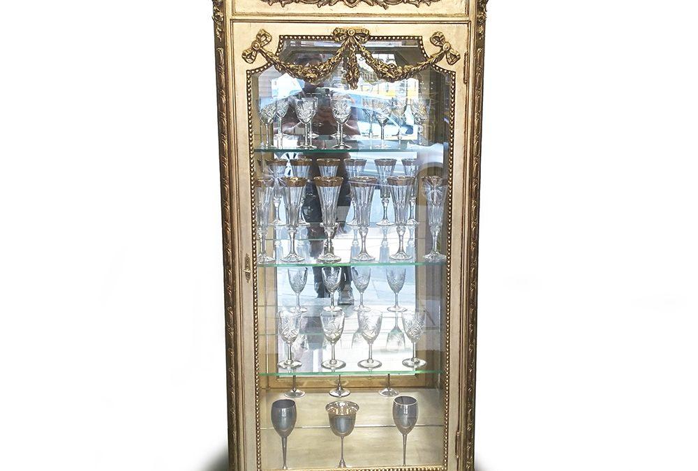 MO 25 – Vitrine ou cristaleira antiga estilo Luís XVI em madeira entalhada e com folha dourada
