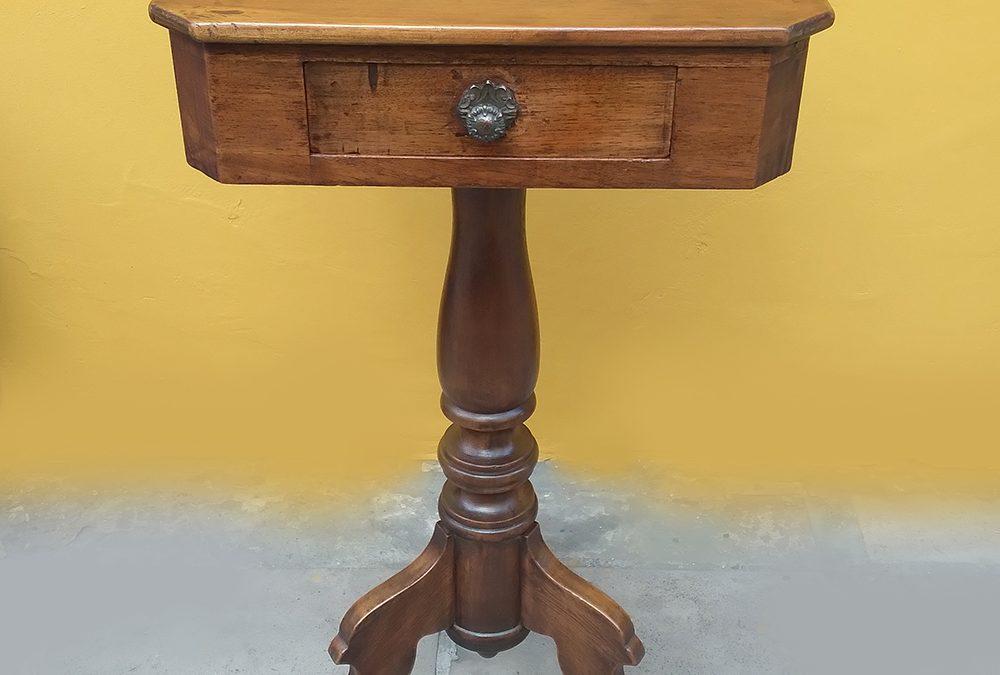 MO 36 – Mesa auxiliar ou lateral antiga em madeira de cedro com gaveta e pé torneado