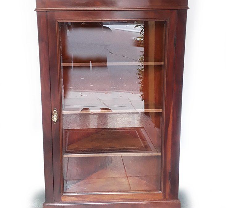 MO 37 – Armário ou vitrine de canto antiga em madeira com vidro bisotê e prateleiras