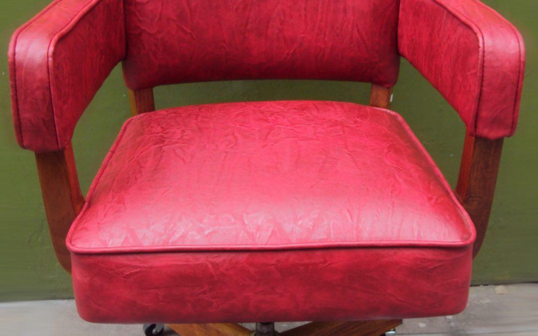MO 41 – Cadeira de escritório anos 50 vermelha em madeira com rodinhas e detalhe cromado