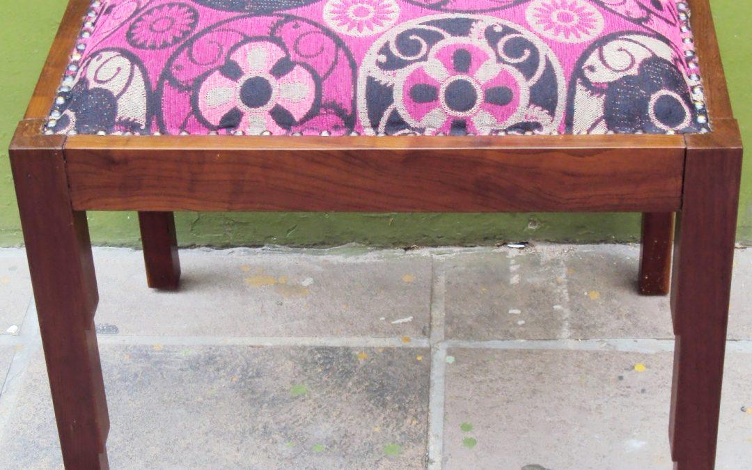 MO 42 – Banco ou banqueta antiga Art Decó de madeira de imbuia e assento em tecido