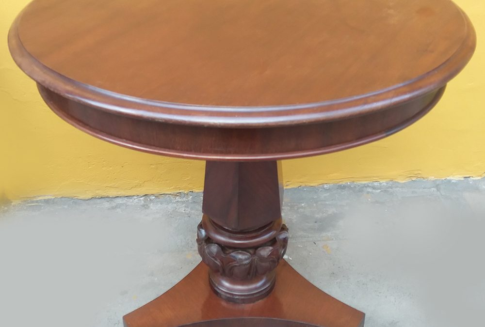 MO 48 – Mesa lateral antiga e redonda em madeira de louro com base e pés esculpidos