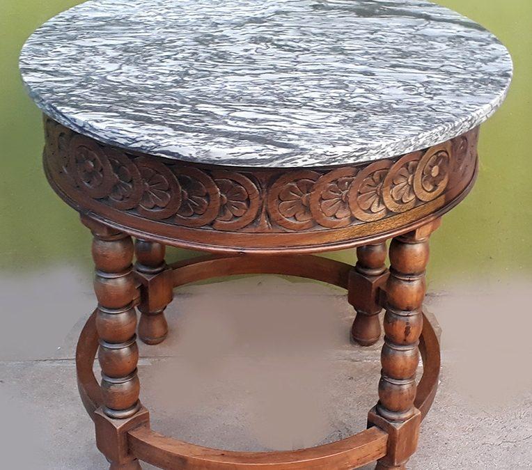 MO 69 – Mesa de apoio antiga redonda em madeira entalhada com flores e tampo em mármore rajado