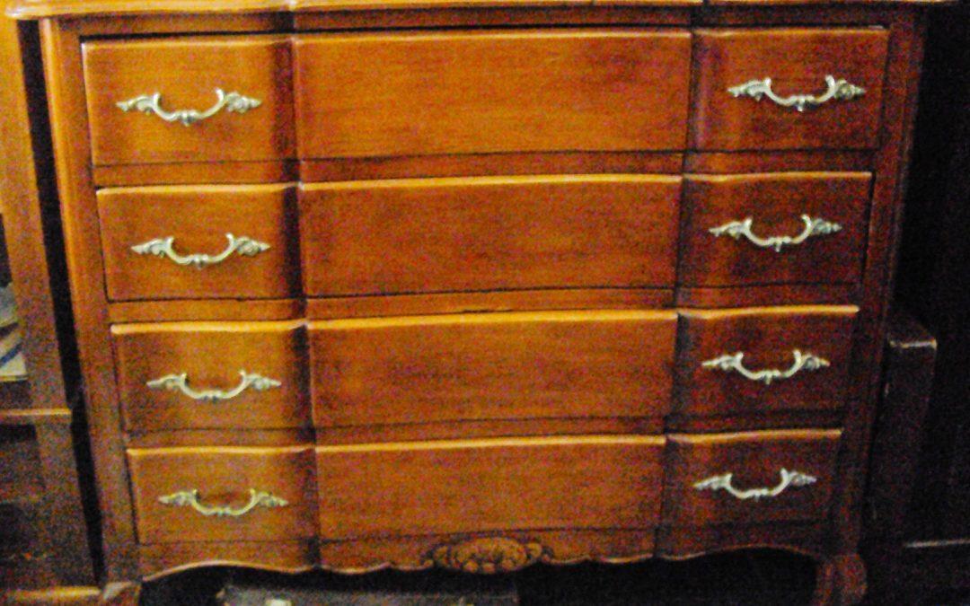 MO 72 – Cômoda média antiga de madeira de louro com puxadores de bronze