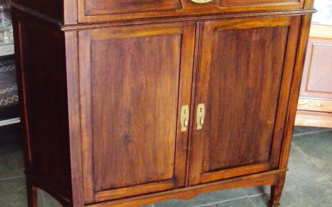 MO 73 – Aparador ou balcão antigo Art Decó madeira de cedro com lateral angulada