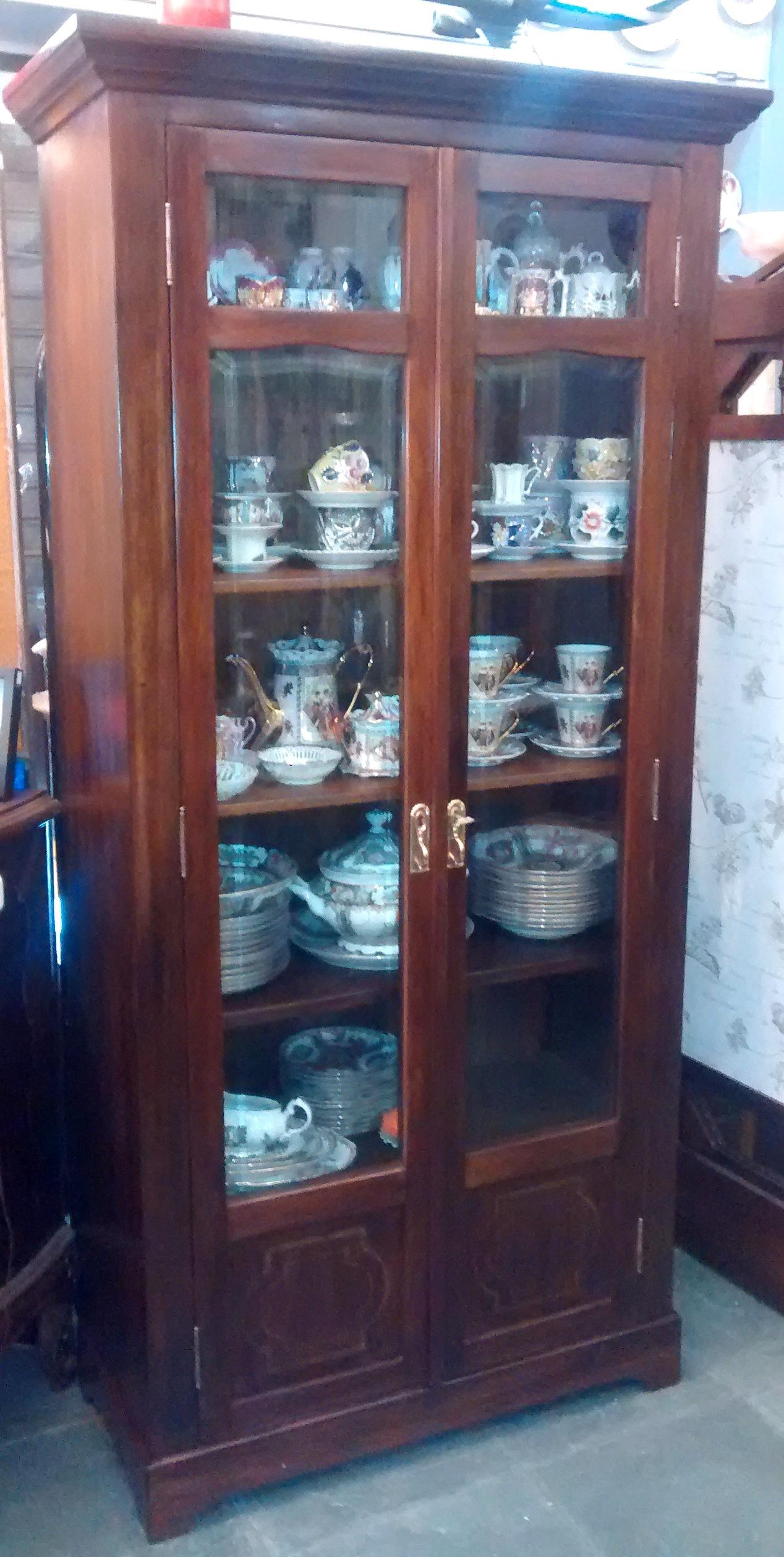 MO 28 – Livreiro ou armário antigo de madeira de cedro com detalhes marchetados e vidro bisotê