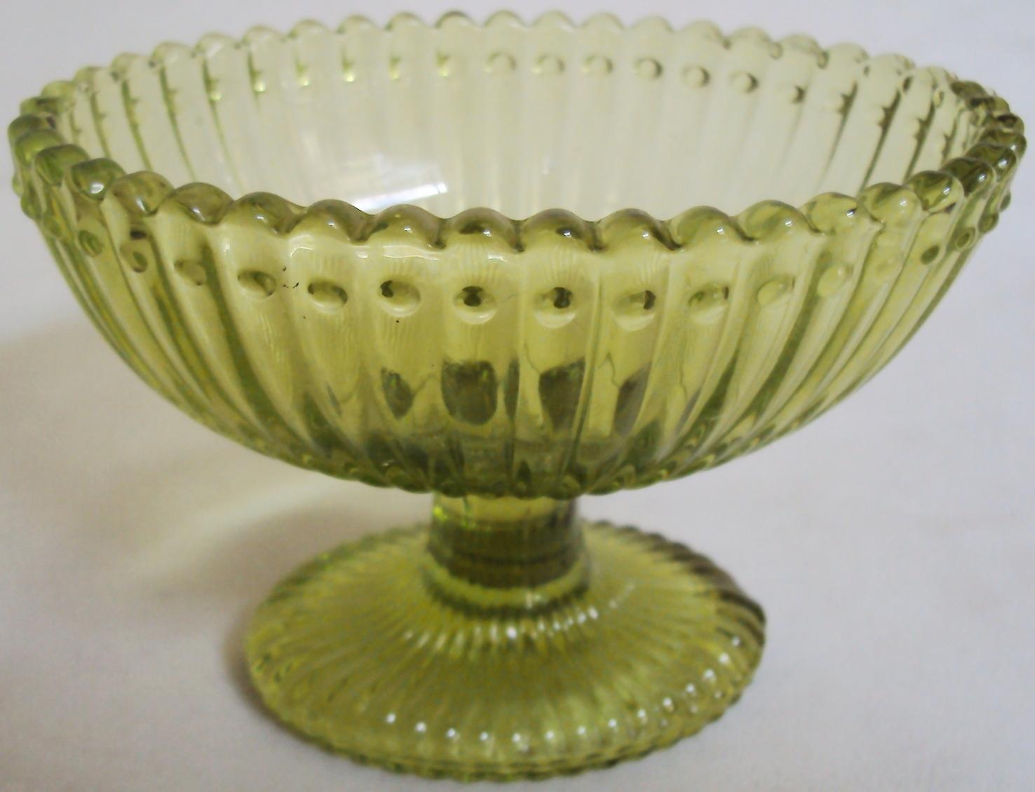 CR 312 – Petisqueira pequena em forma de taça de vidro verde decorado com relevos ondulados