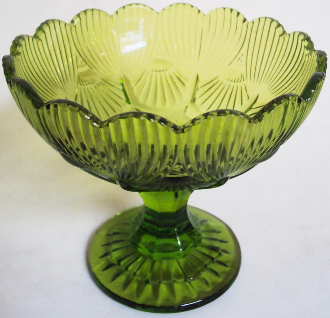 CR 313 – Fruteira pequena de vidro verde decorado com relevos e borda ondulada