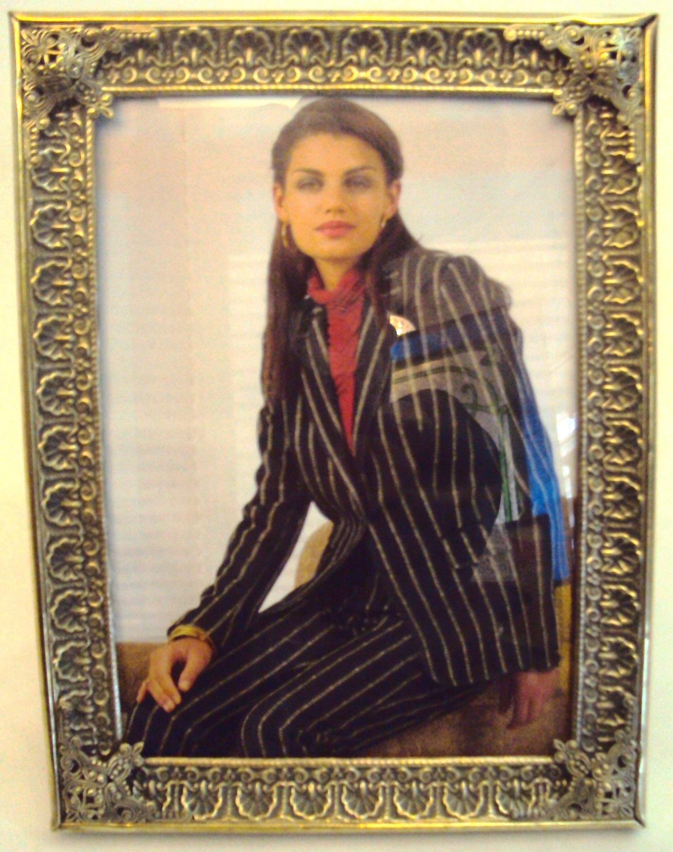 DI 09 – Porta Retratos De Latão Dourado Ricamente Decorado