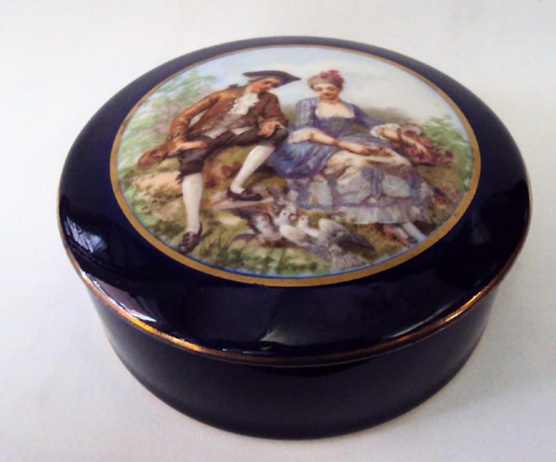 LO 06 – Caixa Ou Porta Joias Porcelana Limoges Com Casal Romântico