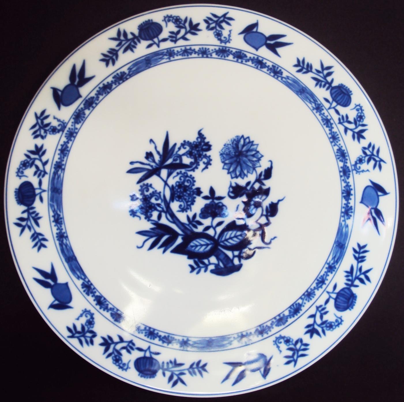 LO 09 – Prato para bolo grande de porcelana Steatita com decoração cebolinha Meissen