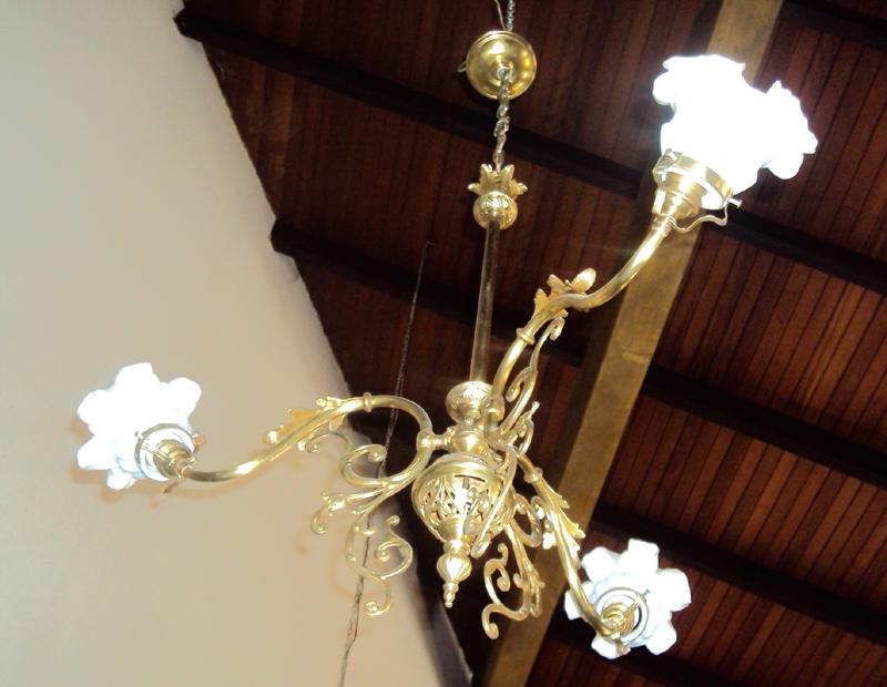 LU 13 – Lustre De Bronze Com 3 Tulipas De Opalina E Volutas Florais