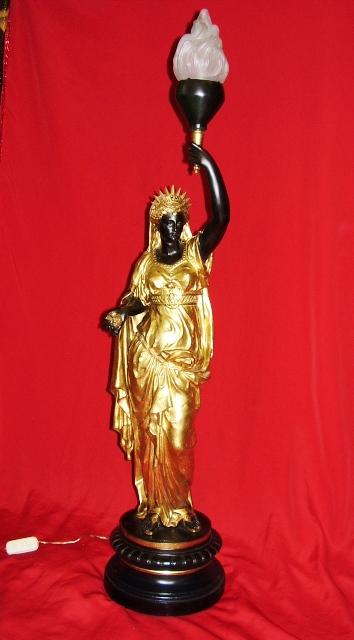 LU 31 – Luminária Mulher Com Tocha De Bronze Preta E Dourada