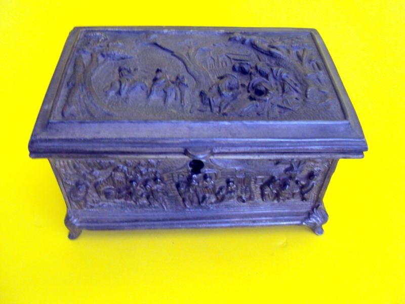 DI 252 – Caixa Antiga Em Bronze Com Cenas Rurais Medievais