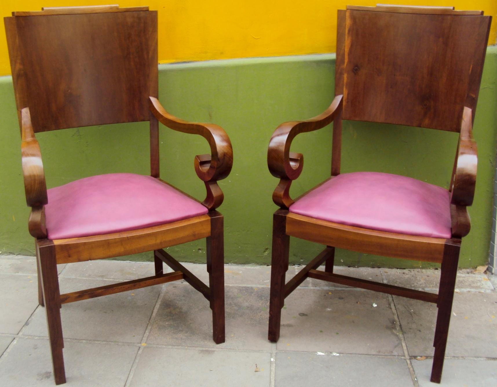 MO 39 – Par de poltronas Art Decó de imbuia com assento em couro cor lilás