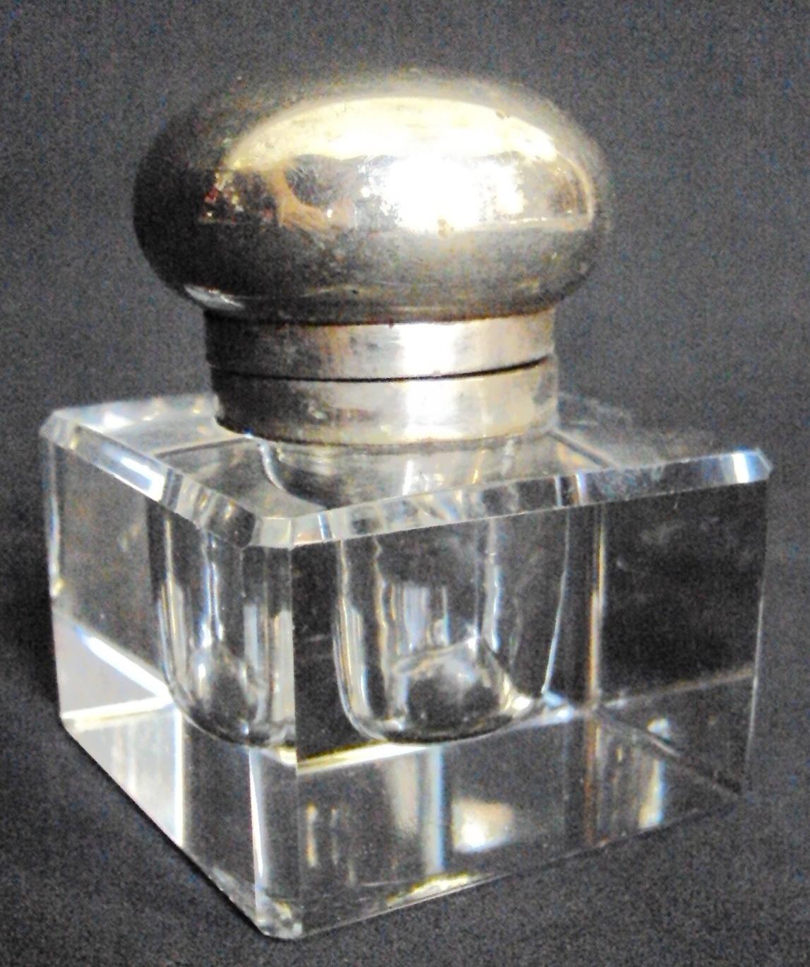 CR 113 – Tinteiro antigo em cristal facetado quadrado com tampa em metal cromado prateado