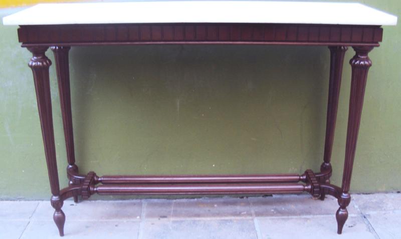 MO 76 – Aparador de madeira torneada antigo com mármore branco e detalhes trabalhados