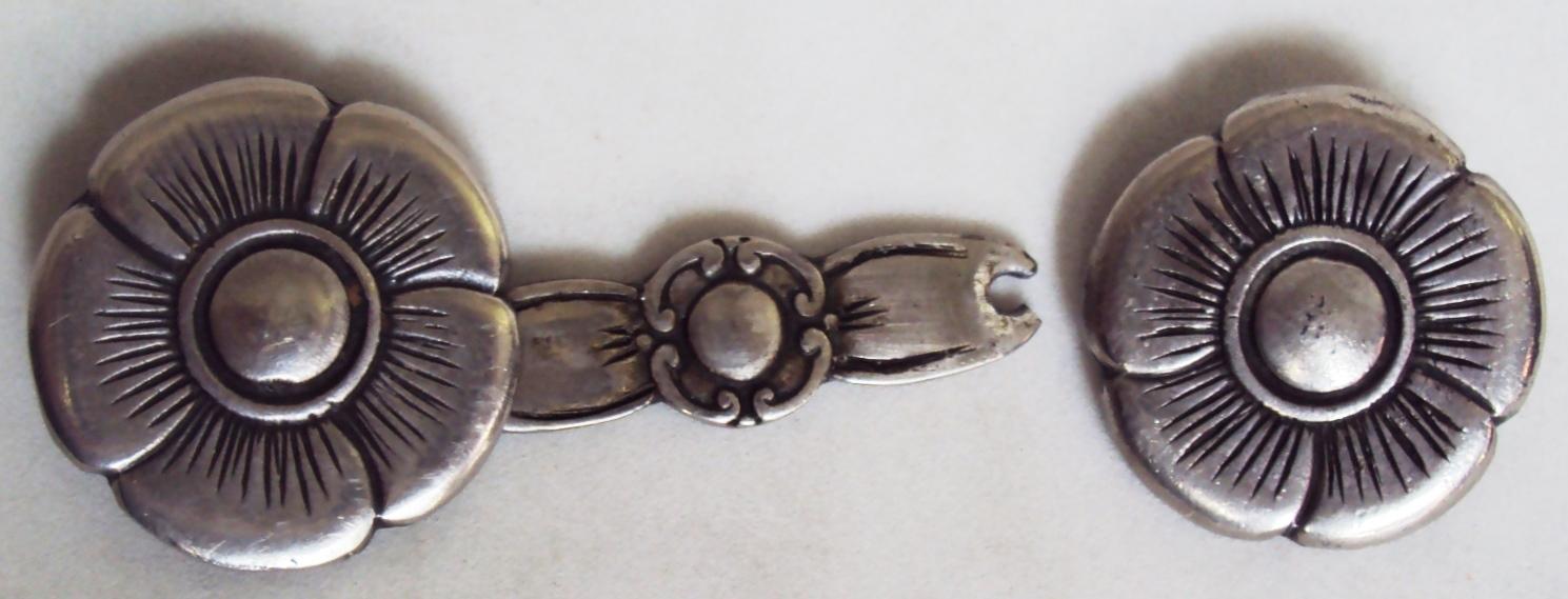 DI 248 – Par de florões antigos de esporas em metal prateado decorado