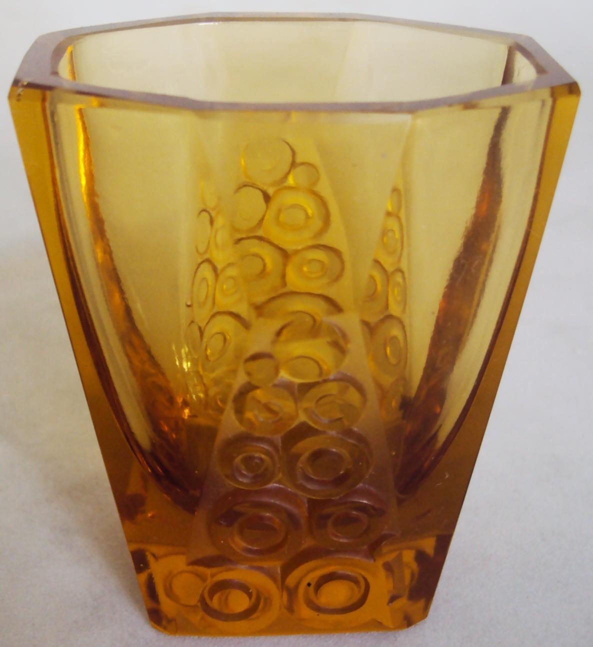 CR 199 – Copo antigo de licor em cristal Art Decó âmbar facetado com desenhos de círculos