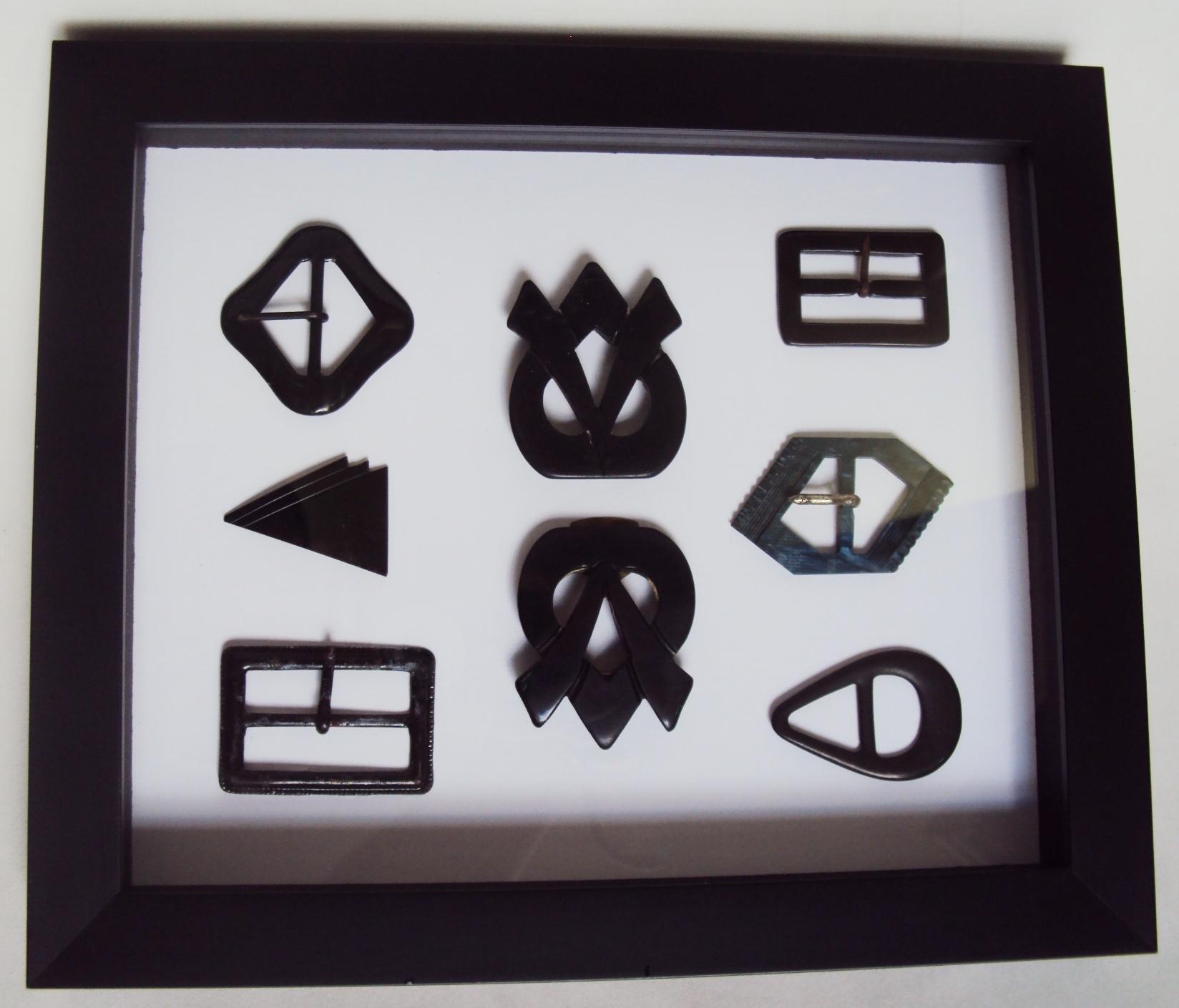DI 395 – Quadro com fivelas de cinto antigas pretas dos anos 50 emolduradas