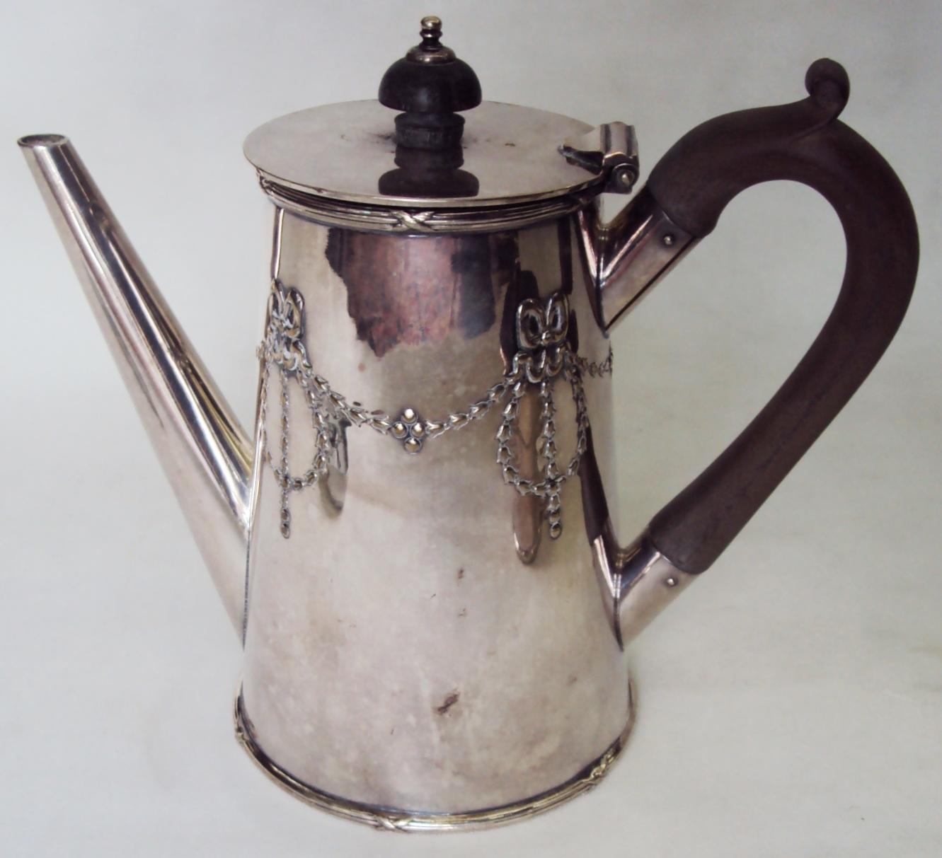 DI 328 – Bule antigo em metal com banho de prata inglês Sheffield decorado com guirlandas e alça de madeira