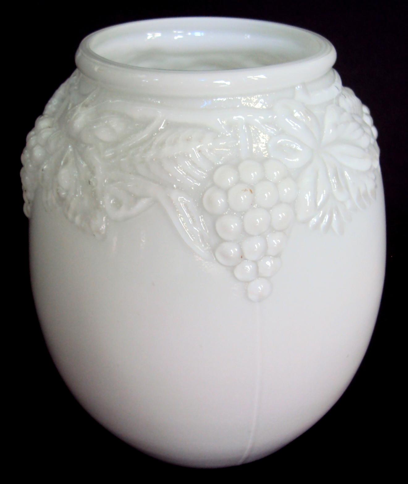 CR 303 – Vaso antigo em vidro branco arredondado com folhas e cachos de uva em relevo