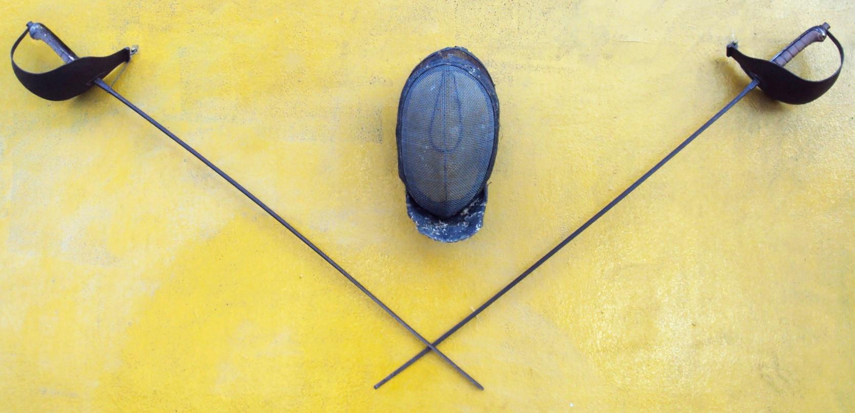DI 327 – Jogo de duas espadas e uma máscara de esgrima antigas em ferro para decoração