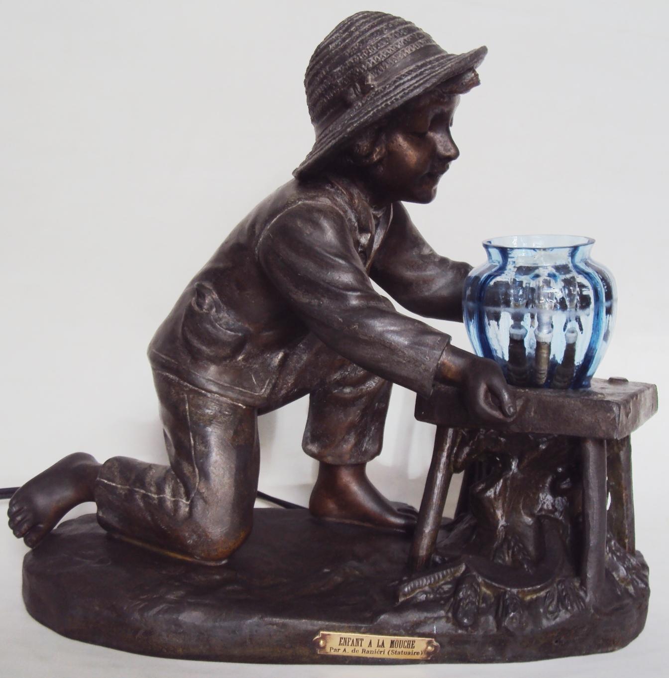 ES 39 – Escultura antiga francesa assinada Aristide De Ranieri petit bronze com menino e vaso de vidro