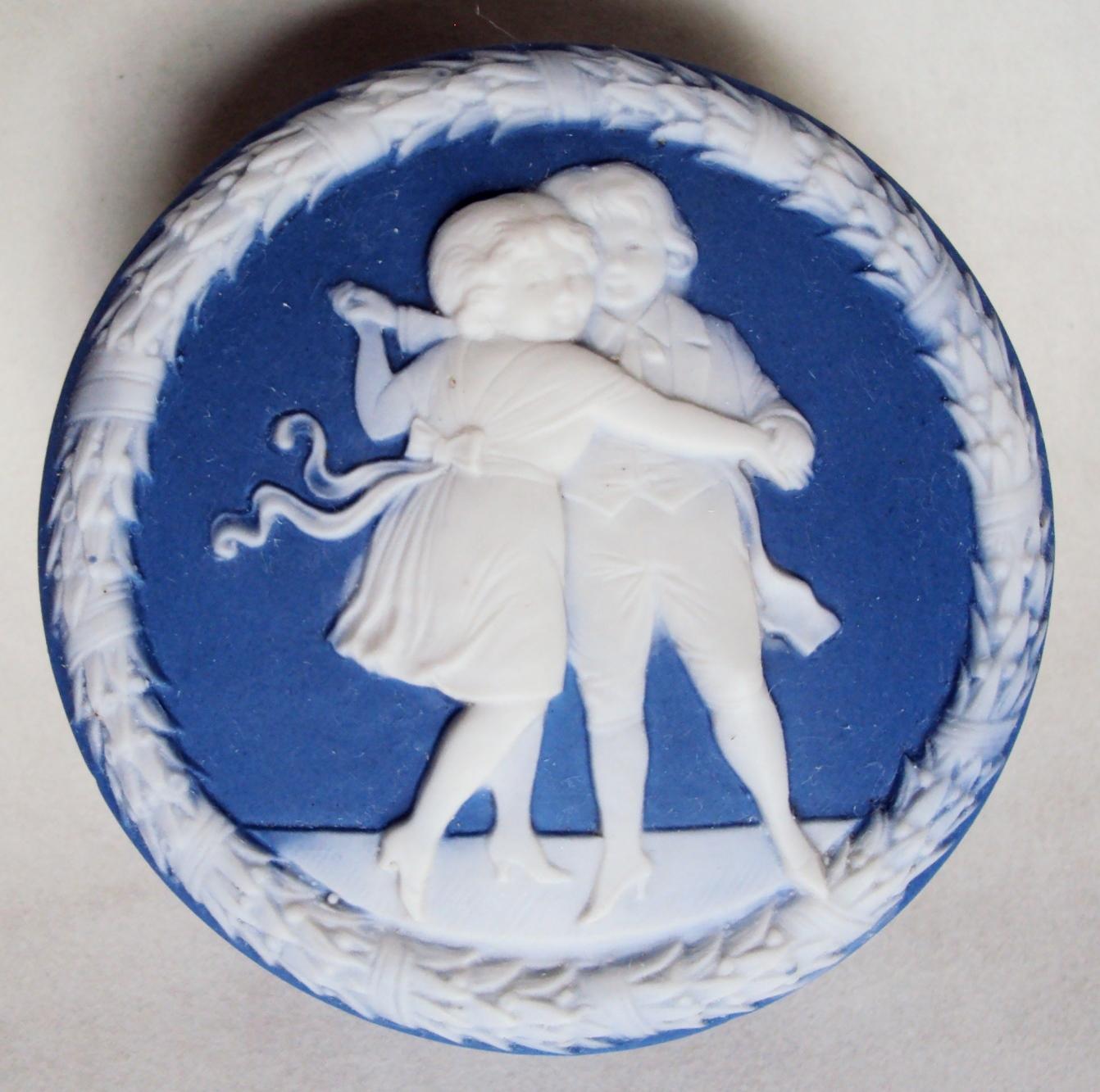 LO 367 – Caixa antiga inglesa em porcelana Wedgwood azul com casal de menino e menina dançando em relevo