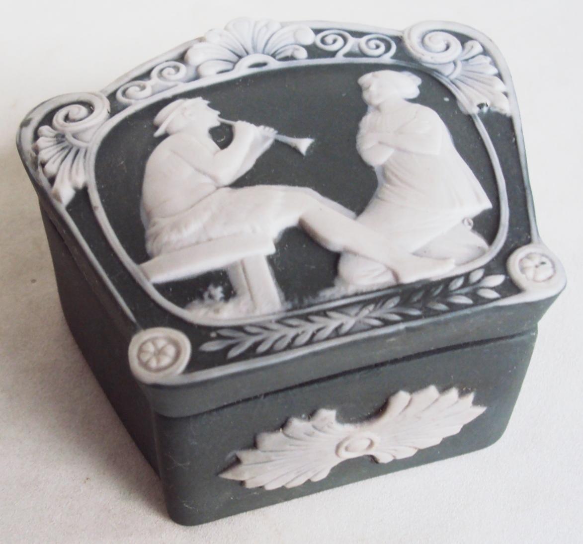 LO 396 – Caixa antiga inglesa em porcelana Wedgwood verde com casal e arabescos em relevo