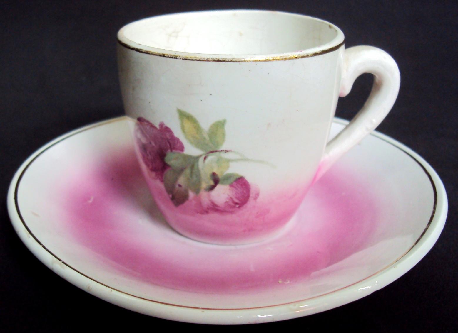 LO 15 – Xícara de cafezinho antiga anos 40 em porcelana rosa com flores e borda dourada