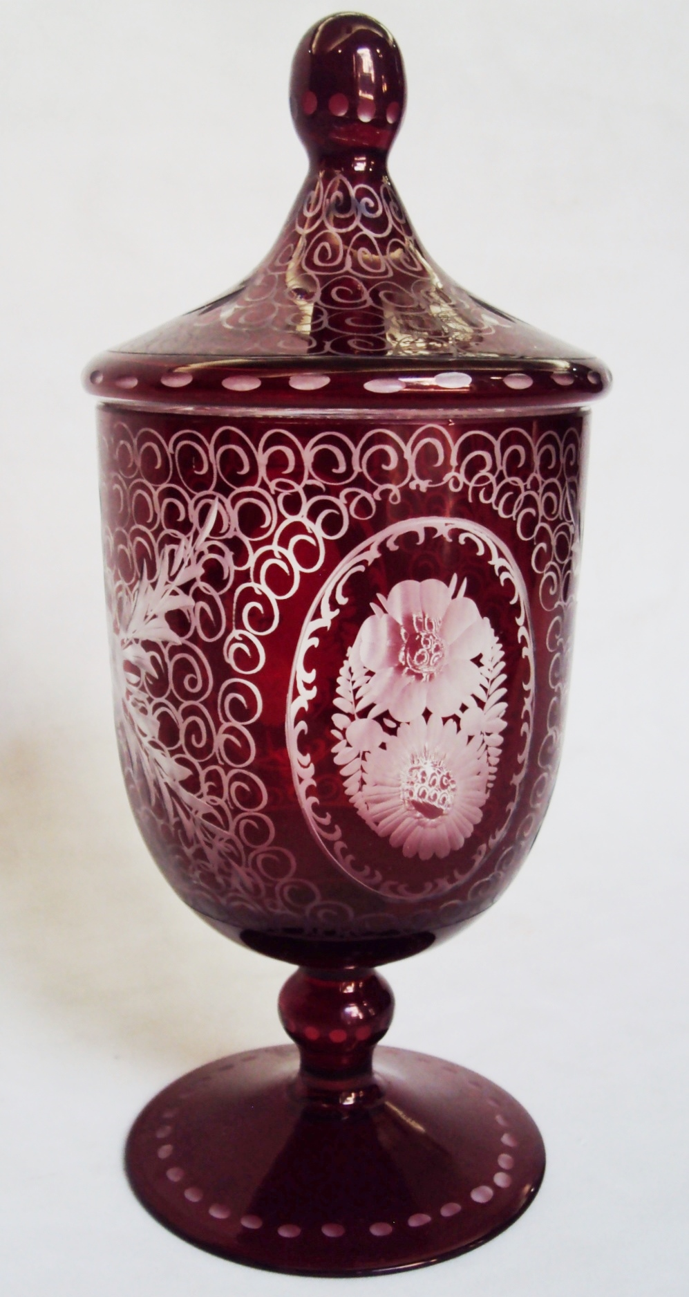 CR 158 – Compoteira ou bomboniere antiga em cristal vermelho rubi ricamente lapidado à mão com flores