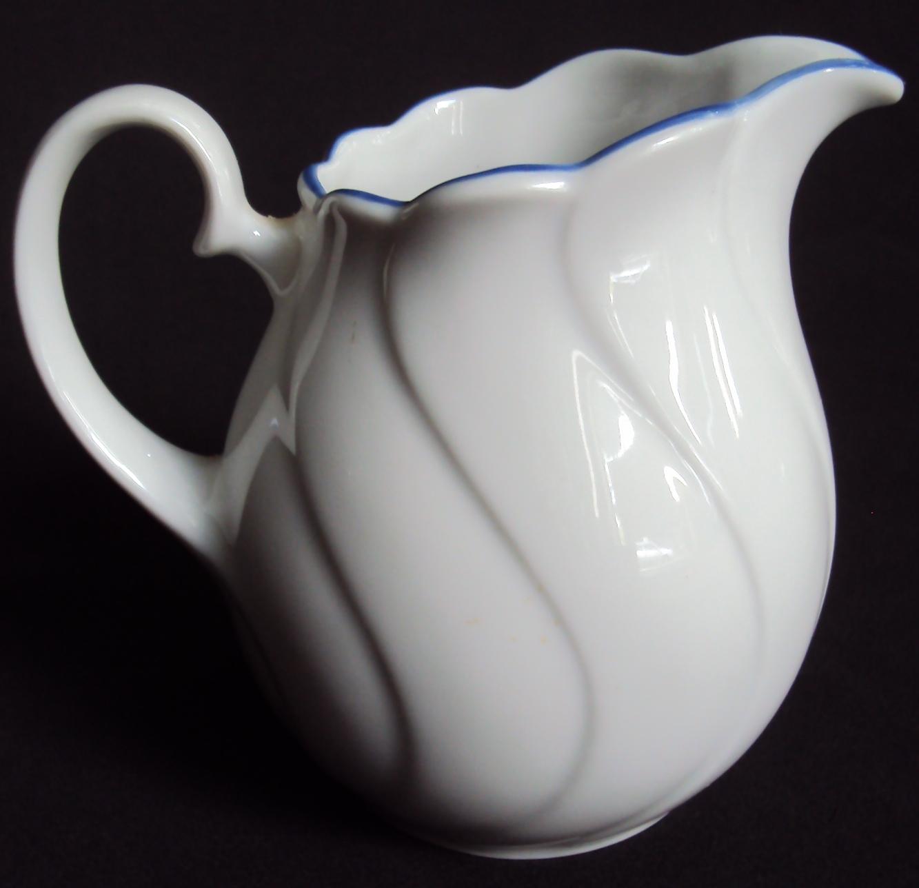 LO 366 – Leiteira antiga de porcelana alemã Seltmann Weiden Bavária com linhas curvas e borda azul