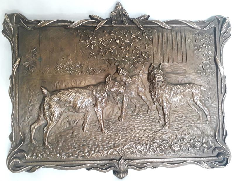 DI 416 – Placa antiga em bronze decorada com cachorros em relevo rica em detalhes