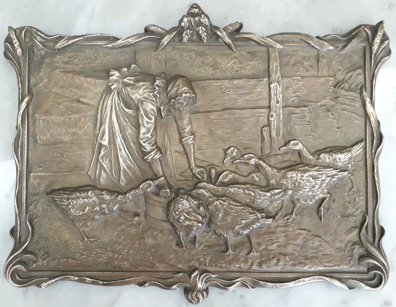 DI 420 – Placa antiga em bronze decorada com senhora e gansos em relevo rica em detalhes