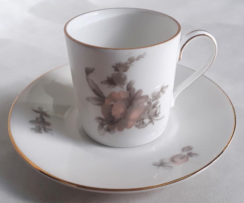 LO 491 – Xícara de cafezinho antiga alemã Rosenthal decorada com flores e borda dourada