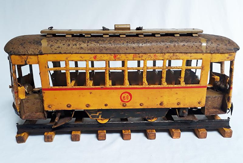 DI 04 – Bonde miniatura antigo da Carris de Porto Alegre em metal ou lata completo com trilho em madeira