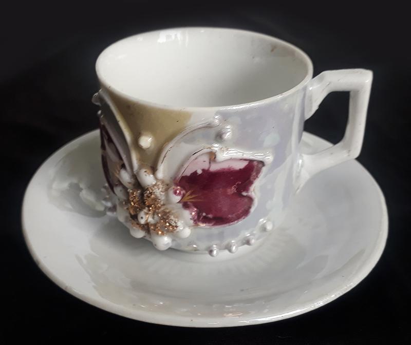 LO 368 – Xícara de cafezinho isabelina lilás com flor dourada em relevo