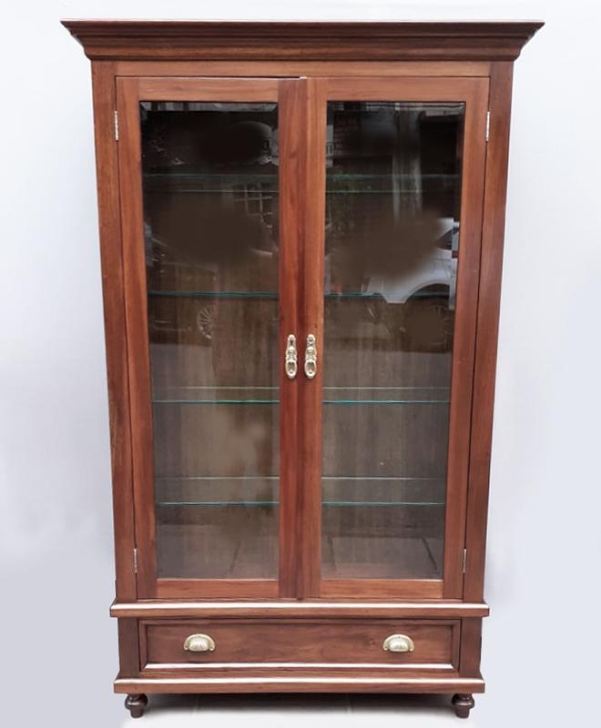MO 22 – Livreiro antigo em madeira de cedro com cristal bisotê e prateleiras em vidro